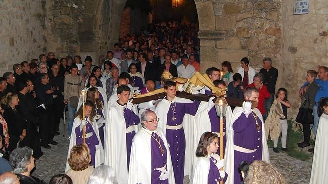 Numeroso público en la parte antigua para ver el Vía Crucis