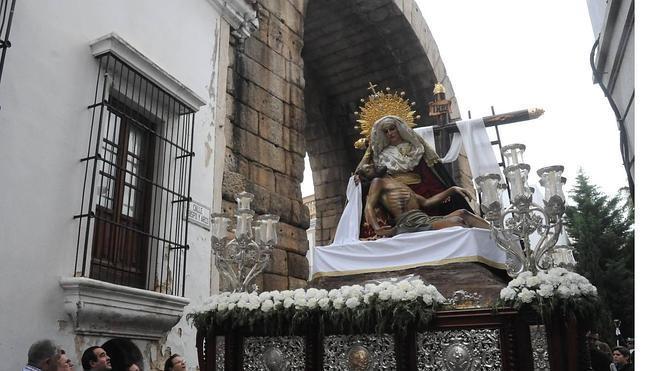 El recogimiento del Viernes Santo se respiró en la calle