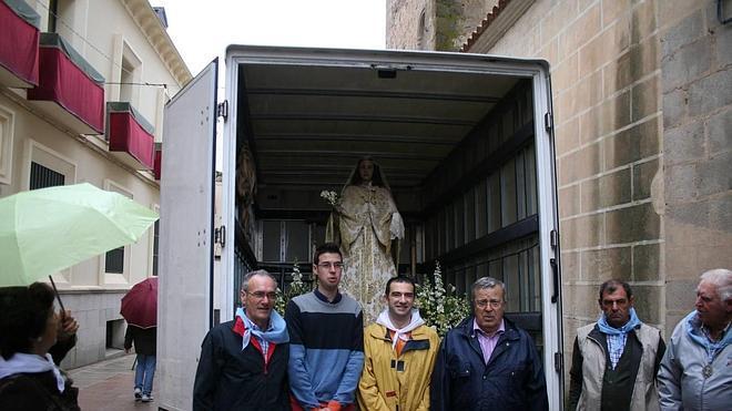 La Virgen de la Aurora regresa en camión por la lluvia