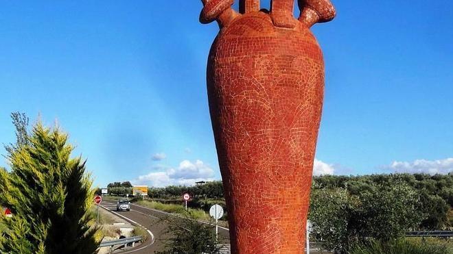 Un botijo de 1.300 kilos y 4 metros de alto da la bienvenida en Salvatierra