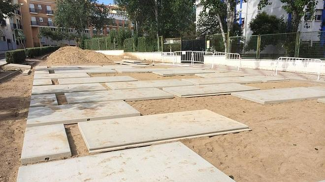 Parques y Jardines renueva el pavimento de la plaza del Maestro