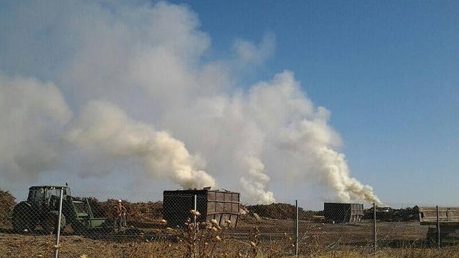 Analizan el humo de una carbonera que cubre la ciudad
