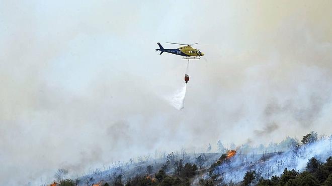 Helicóptero de Plasencia participa en las labores de extinción del incendio de Guadalajara