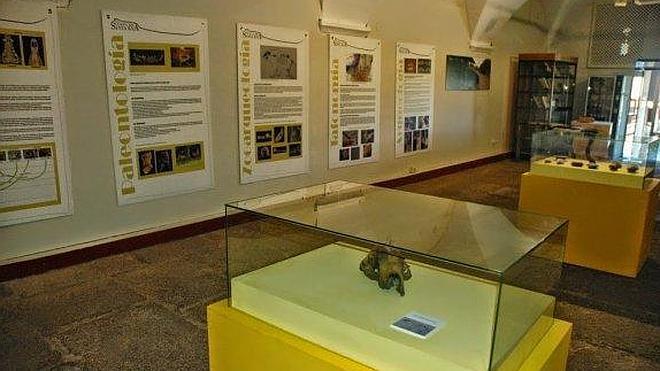 Exposición sobre la excavación en la cueva de Santa Ana