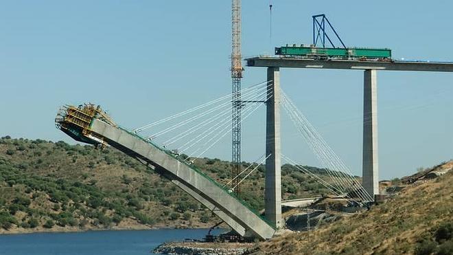 Izan una torre auxiliar en el viaducto del AVE sobre el río Almonte