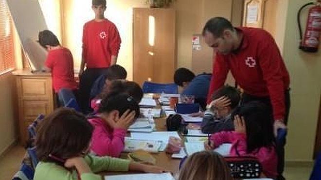 Los niños de familias con escasos recursos reciben apoyo escolar