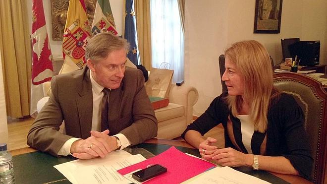 El embajador de Irlanda visita Cáceres con motivo del festival de música irlandesa