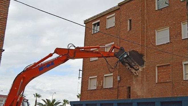 Comienza la demolición de los 'pisos rojos' de Villanueva