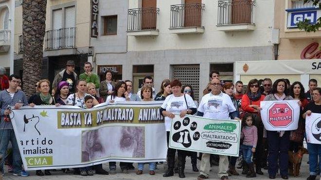 300 manifestantes en Montijo contra el maltrato animal