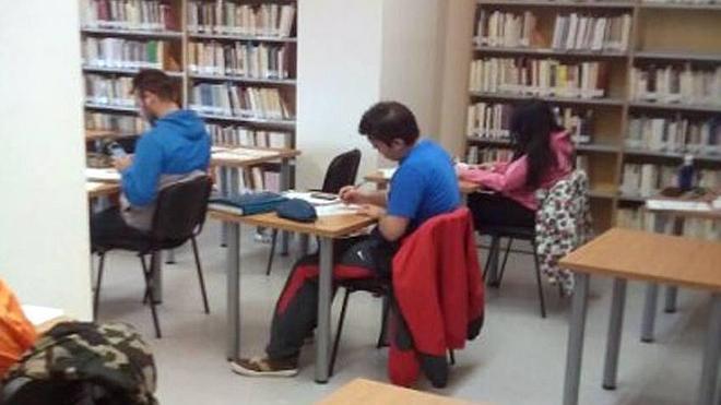 La biblioteca amplía el horario ante el incremento de usuarios