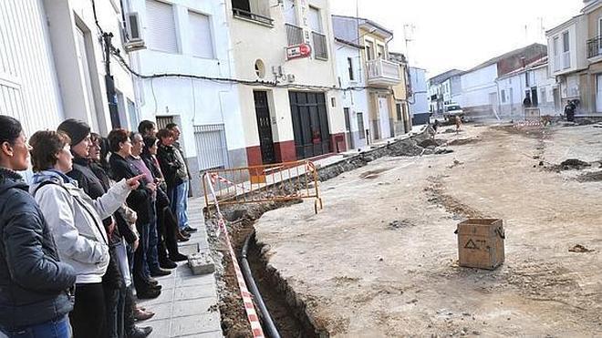 Multan a vecinos de Riolobos por protestar en la plaza del pueblo