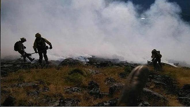 Cuatro helicópteros apagan un nuevo incendio en Gata