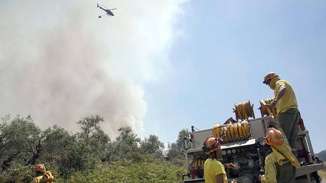 El fuego arrasa 5.000 hectáreas y sigue descontrolado por el viento