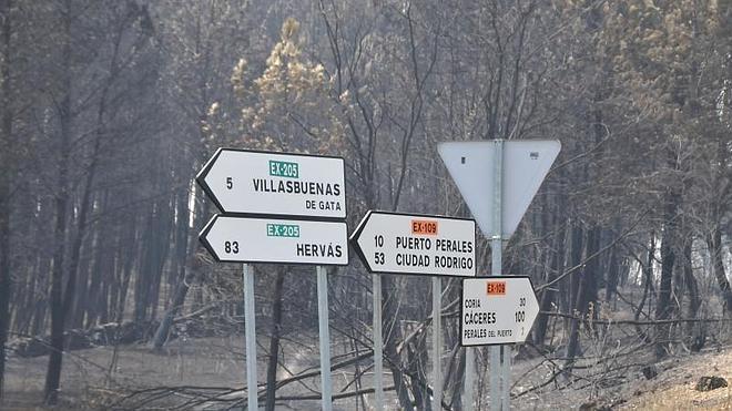 Las llamas obligan a cortar varias carreteras