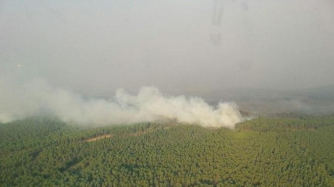 El Ministerio refuerza el dispositivo aéreo y terrestre para la extinción del incendio