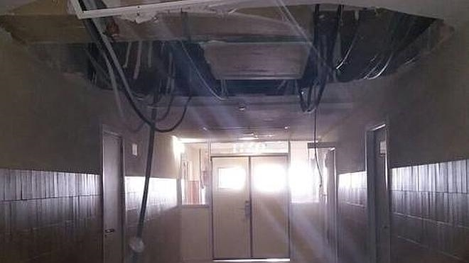 Se desploma parte del falso techo de un pasillo del hospital Infanta Cristina