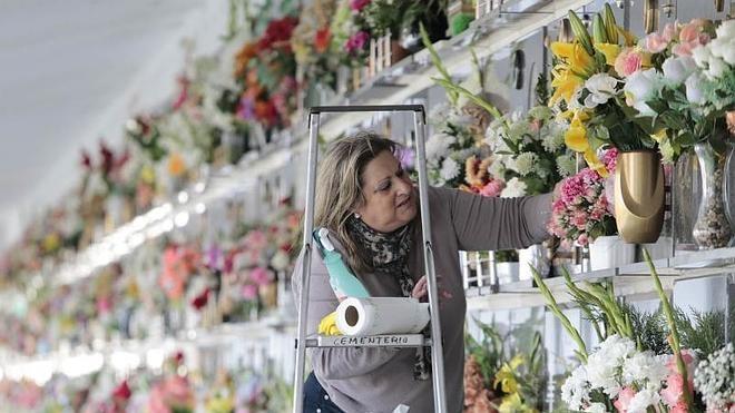 Los cementerios extremeños se llenan de familiares que honran a sus difuntos