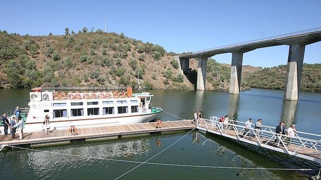 Paseo en barco para conmemorar los cinco años del 'Balcón del Tajo'