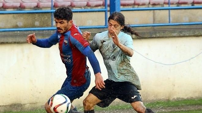 Un césped impracticable le gana la partida a Extremadura y San José