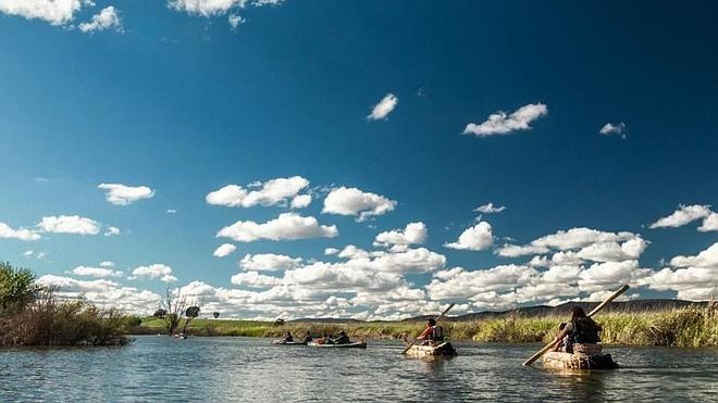Dos aventureros descienden el Guadiana en balsas de enea