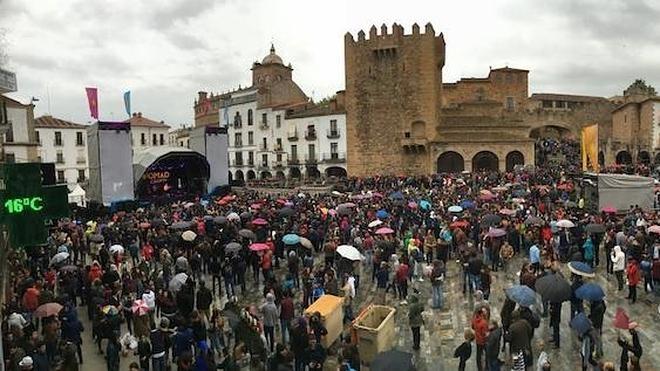 Womad vive su última jornada de conciertos llena de paraguas