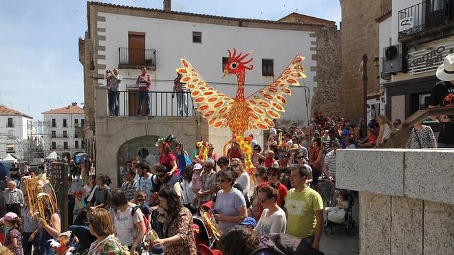 El desfile pone el broche final al XXV Festival Womad en Cáceres