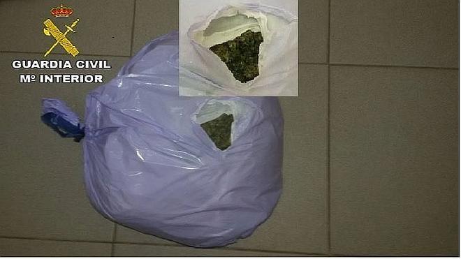 Detenidos dos jóvenes tras arrojar un kilo de marihuana a una cuneta de la A-5