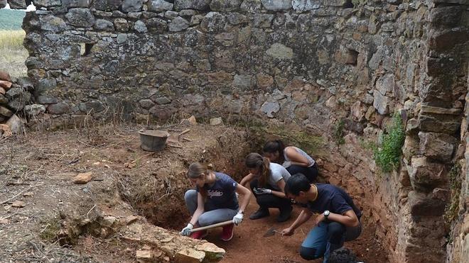120 alumnos del IES Campos de San Roque se convierten en peones arqueológicos en la finca El Rebellao