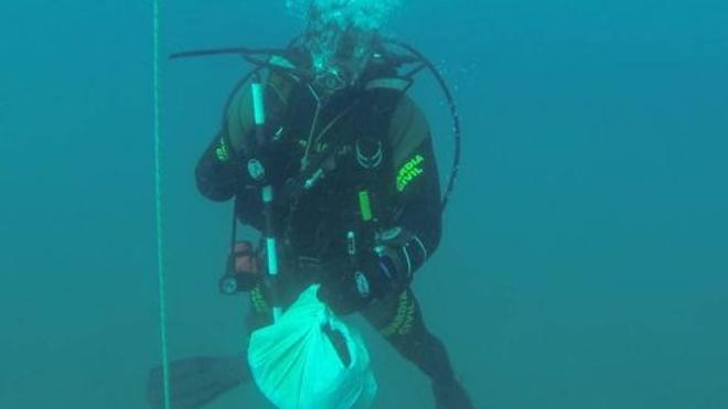 Encuentran fotos de extremeños junto a un cadáver en el fondo del mar