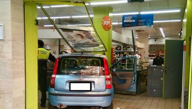 Un coche se empotra contra un supermercado de Badajoz