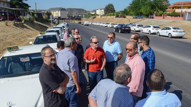 Los taxistas denuncian que los pueblos limítrofes realizan servicios ilegales en Badajoz