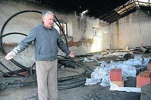 Le sorprenden intentando hacer fuego en la harinera incendiada el sábado