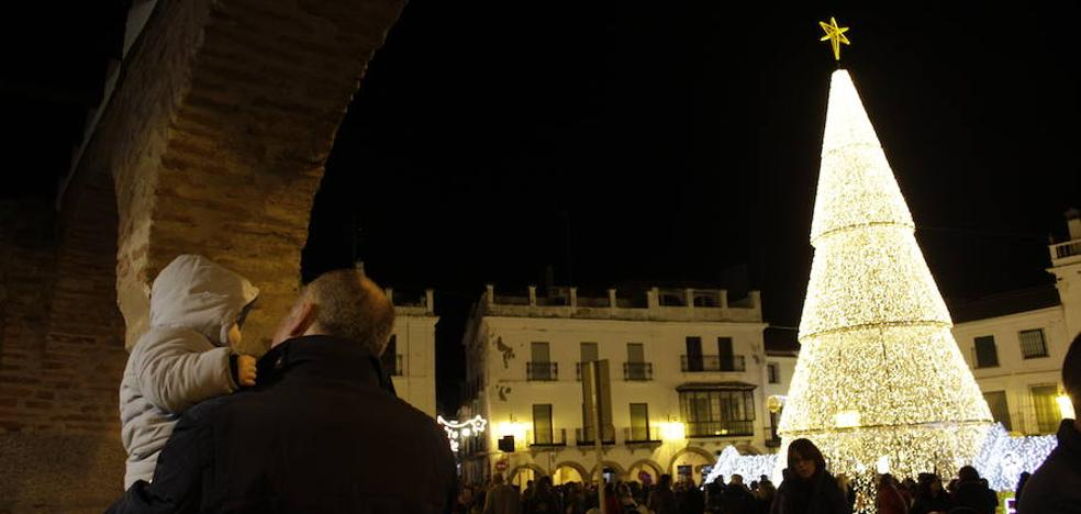 La plaza Grande se llena para ver el encendido de la Navidad