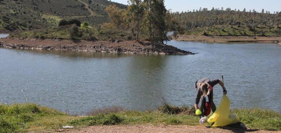 Unos 200 kilos de residuos se limpian del entorno de La Albuera