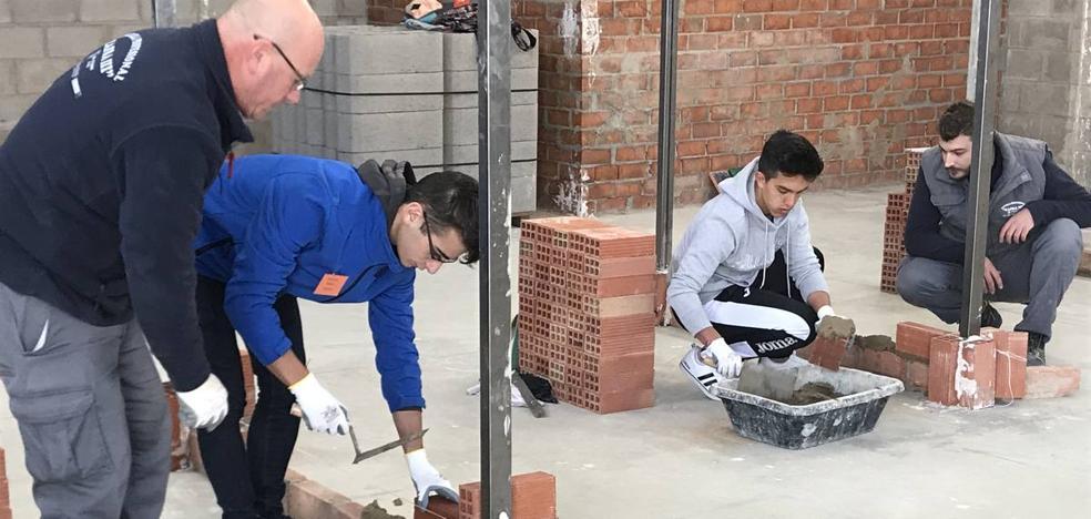 Alumnos de los institutos de Zafra conocen de primera mano el trabajo de la Escuela Taller