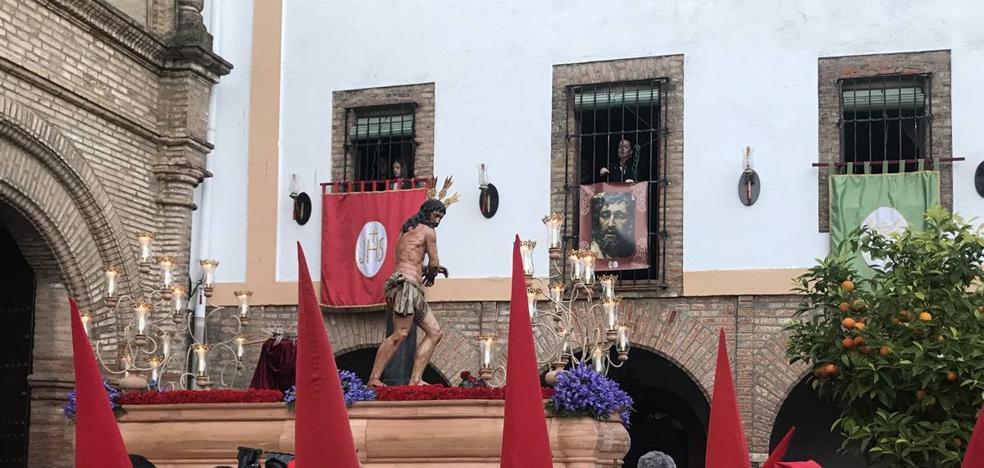 La Hermandad de Nuestro Padre Jesús Amarrado a la Columna salió este Martes Santo con una nueva imagen titular