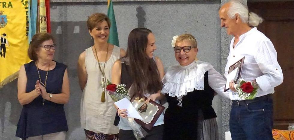 El grupo El Castellar entrega los premios de sus Juegos Florales de la Poesía a Antonio Mejías y Nuria Hernández
