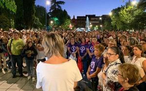 Cientos de ciudadanos asisten la concentración organizada por Zafra Violeta para apoyar a María y su familia