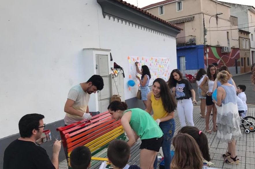 Respeto, igualdad y tolerancia en un banco del centro de Zalamea que luce los colores del orgullo LGBTI