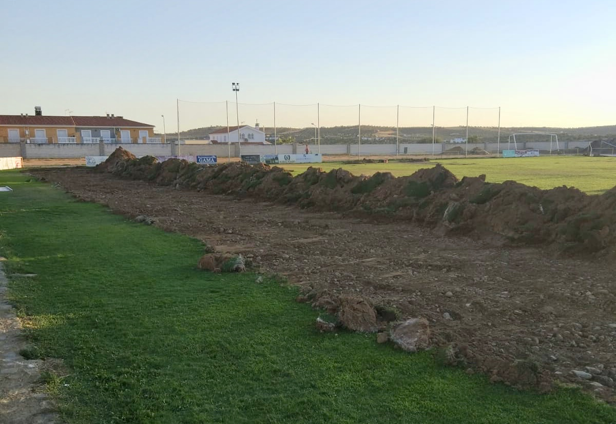 Comienzan las obras para poner césped artificial en el estadio 'Eusebio Mata'