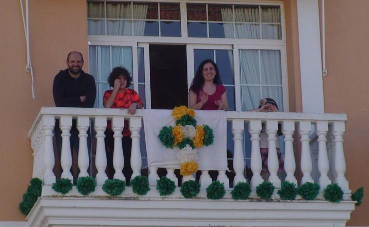 Los ilipenses celebran la Cruz de mayo desde sus balcones