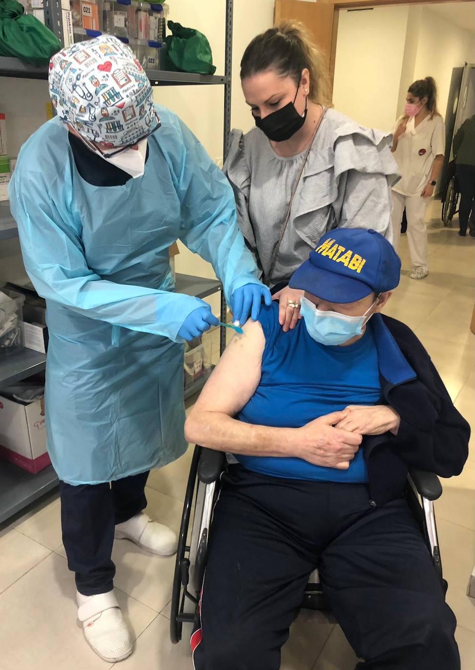 Los usuarios de la residencia de mayores reciben la tercera dosis de la vacuna