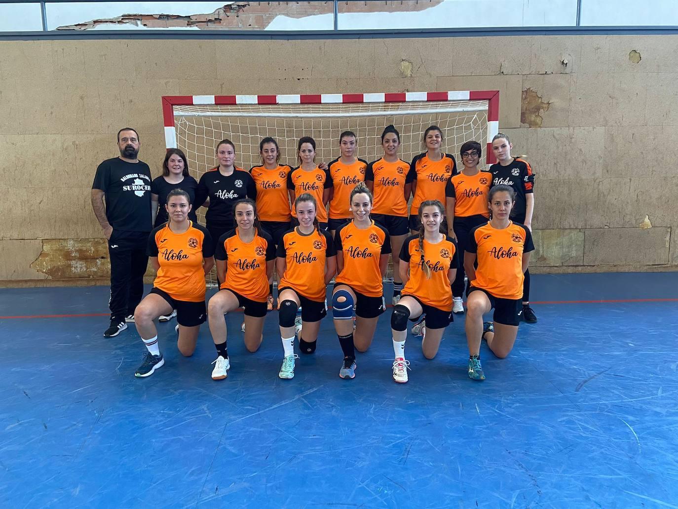 Las chicas del equipo de balonmano BM Surocer Zalamea juegan el primer partido de la temporada